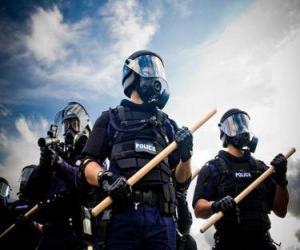 Puzzle Agents de la police anti-émeute avec le bâton à la main
