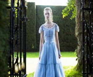 Puzzle Alice (Mia Wasikowska) un jeune de 19 ans, entrant dans la maison victorienne où il a vécu dans son enfance
