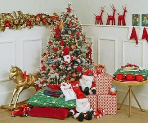 Puzzle arbre de Noël bien décoré et les cadeaux