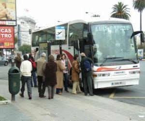 Puzzle Autobus urbain dans l'arrêt d'autobus