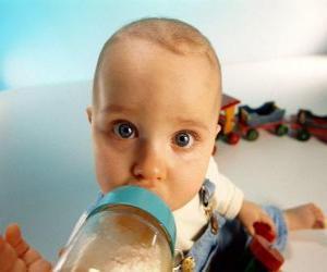 Puzzle Bébé en prenant son biberon