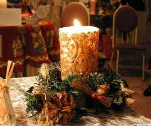 Puzzle Bougie allumée comme une décoration centrale ornée de branches de houx et de sapin