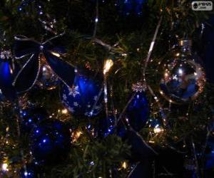 Puzzle Boules bleues décorant un sapin de Noël