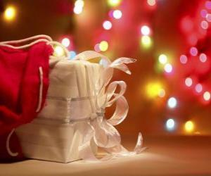 Puzzle Cadeau de Noël enveloppé dans du papier blanc et décorée avec un arc