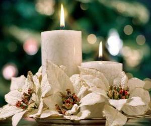 Puzzle Centre de table avec deux bougies et fleurs blanches