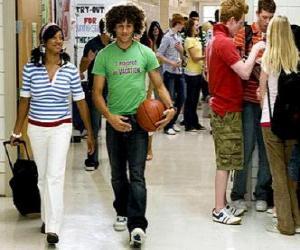 Puzzle Chad (Corbin Bleu) et  Taylor (Monique Coleman) dans le couloir de l'institut