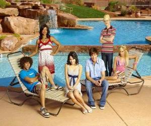 Puzzle Chad (Corbin Bleu), Taylor (Monique Coleman), Gabriella Montez (Vanessa Hudgens), Troy Bolton (Zac Efron), Ryan Evans (Lucas Grabeel), Sharpay Evans (Ashley Tisdale) au bord de la piscine