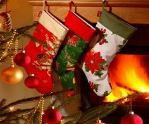 Puzzle Chaussettes de Noël avec décoration et accrochés au mur de la cheminée