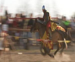 Puzzle Chevalier a lancé une attaque rapide de lennemi avec la lance à cheval