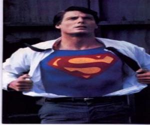 Puzzle Clark Kent devient Superman avec son uniforme rouge et bleu à se battre pour la justice