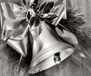 Puzzle Cloche de Noël décoré de feuilles de houx et un ruban avec un grand nœud