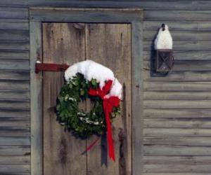 Puzzle Couronne de Noël accrochées dans l'embrasure de la porte d'une maison