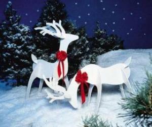 Puzzle Deux rennes en bois avec un arc rouge sur une décoration de Noël