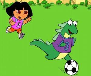 Puzzle Dora jouant au foot avec son amie Isa l'iguane