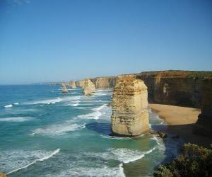 Puzzle Douze Apôtres, est un faisceau d'aiguilles calcaires dépassant de la mer au large de la côte de Port Campbell National Park à Victoria, en Australie.