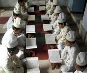 Puzzle Enfants lisant le Coran, le livre sacré de l'Islam