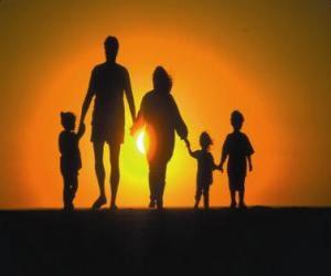 Puzzle Famille, père, mère et enfants qui marchent à Tre crépuscule