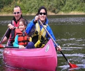 Puzzle Famille, père, mère et fille, la voile et des randonnées en canoe, équipé de gilets de sauvetage