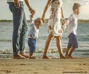Puzzle Famille promenaient par la plage