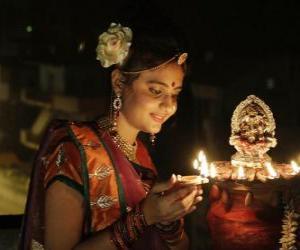 Puzzle Femme à genoux avec une lampe à l'huile à la main dans la célébration de Diwali