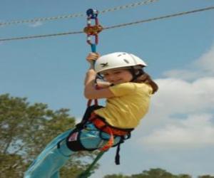 Puzzle Fille aventurière saut avec une corde et harnais