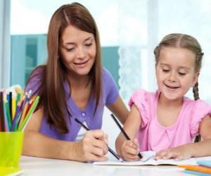 Puzzle Fille jouant à la peinture avec sa mère