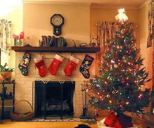 Puzzle Foyer en Noël avec les chaussettes accrochées et avec les ornementations de Noël