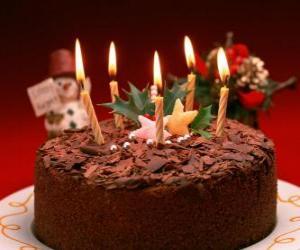 Puzzle Gâteau avec cinq chandelles pour la célébration de l'anniversaire