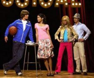Puzzle Gabriella Montez (Vanessa Hudgens), Troy Bolton (Zac Efron), Ryan Evans (Lucas Grabeel), Sharpay Evans (Ashley Tisdale) dans le scénario