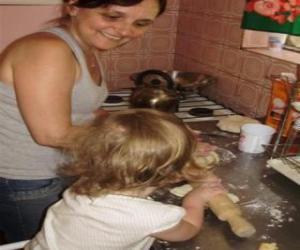 Puzzle Grand-mère lui enseigne la petite-fille de cuisinier