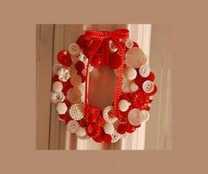 Puzzle guirlande de Noël fait avec des boutons et un arc rouge