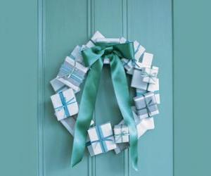 Puzzle guirlande de Noël fait de boîtes en carton et une cravate