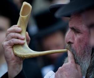 Puzzle Homme jouant le shofar. Instrument de musique éolienne typique des fêtes juives