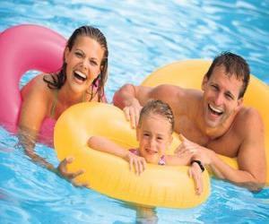 Puzzle Jeune couple avec leur fille dans la piscine