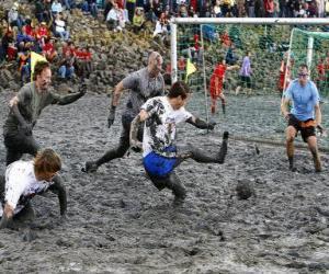 Puzzle Jeux olympiques de boue, ou Wattolumpiad, se battent dans les marais de la rivière Elbe