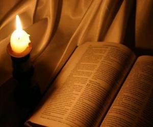 Puzzle La Bible et d'une bougie allumée sur l'autel