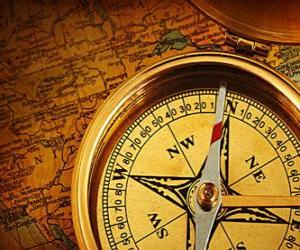 Puzzle La boussole et la carte des accessoires indispensables pour les explorateurs et les aventuriers