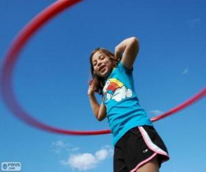 Puzzle La jeune fille jouant au hula hoop, le cerceau tournant à la taille