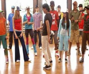 Puzzle Le chanteur Shane Gray (Joe Jonas) donnant une classe de danse