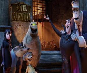 Puzzle Le Comte Dracula à la porte de l'hôtel avec ses amis