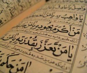 Puzzle Le Coran est le livre saint de l'islam, contient la parole de Dieu révélée à Son Prophète Muhammad