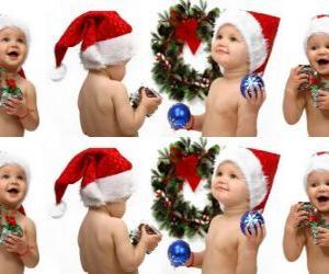 Puzzle Les enfants avec des chapeaux du Père Noël et de jouer avec les décorations de Noël