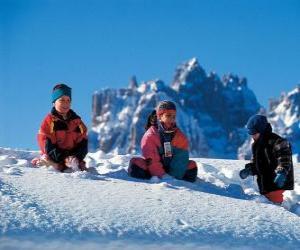 Puzzle Les enfants en appréciant les vacances de Noël, jouent dans la neige