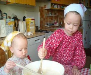 Puzzle Les enfants en préparant un gâteau surprise comme un cadeau pour maman