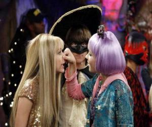 Puzzle Lilly presses son nez à Hannah Montana pour les yeux attentifs d'Oliver.