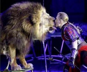 Puzzle Lion avec son entraîneur avec un fouet dans ses mains