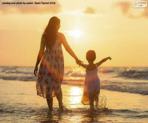 Puzzle Mère avec sa fille sur la plage