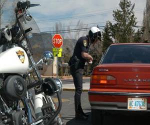 Puzzle Motorisée agent de police avec sa moto et mettre une amende à un conducteur