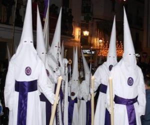Puzzle Nazaréens ou de pénitents pendant une procession de la Semaine Sainte avec cagoule ou d'un cône, robe et cape
