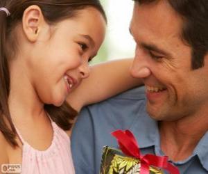Puzzle Père avec sa fille alors que donne le cadeau